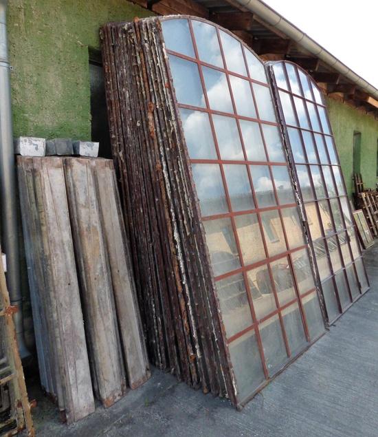 industrie eisenfenster mit segmentbogen und kleinen drehfl gel mit fensterbank aus gusseisen. Black Bedroom Furniture Sets. Home Design Ideas