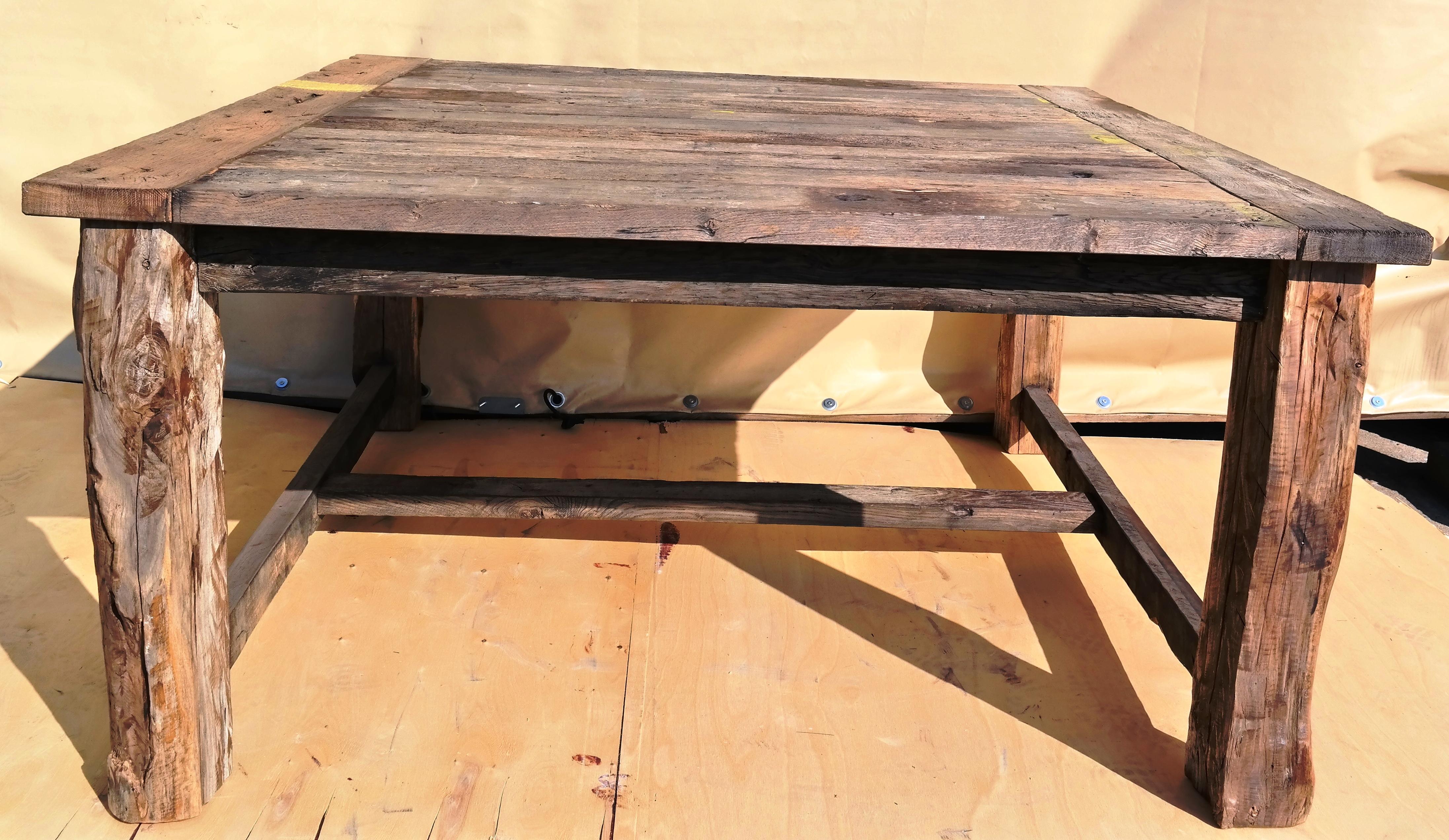 der quadratische tisch aus historischen eiche waggonbohlen mit tischbeinen aus eichebalken. Black Bedroom Furniture Sets. Home Design Ideas