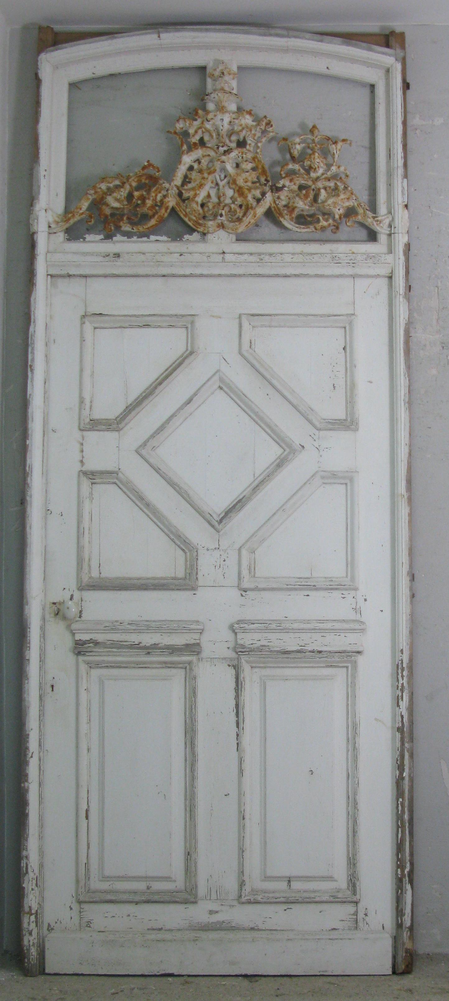 französische Schloss Tür mit Rahmen und Gusseisen Ornament im Oberlicht